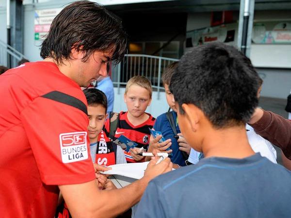 Marco Terrazzino  gibt Autogramme