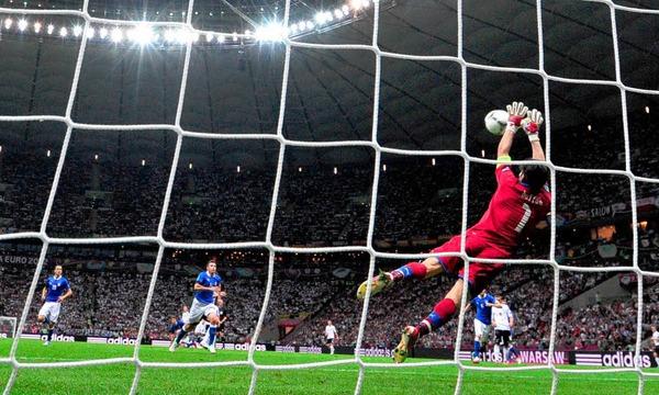 Noch eine gute deutsche Möglichkeit: Buffon wehrt einen Schuss von Sami Khedira (nicht im Bild) ab.