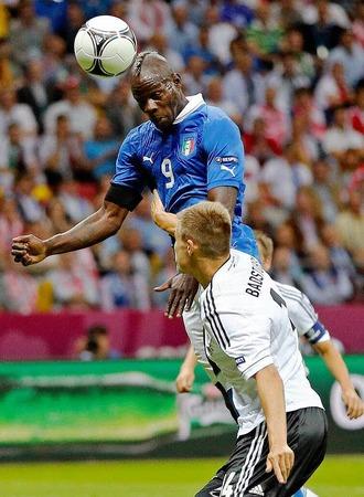 20. Minute: Badstuber kommt zu sp�t gegen Balotelli.