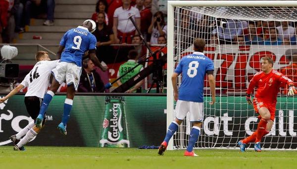 Balotellis Kopfball schl�gt in der 20. Minute im deutschen Tor ein – Italien f�hrt 1:0