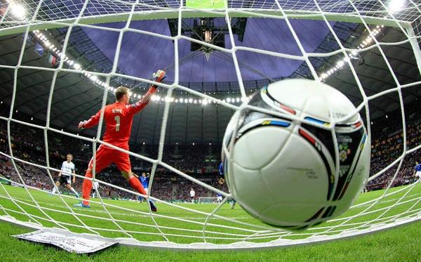 Wenigstens ein tolles Sportfoto: Das 1:0 durch Balotelli
