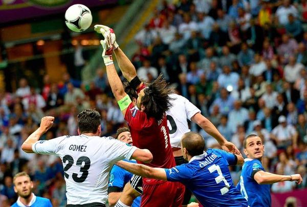 Mario Gomez (links) spielte von Anfang an. In der Halbzeit wurde er ausgewechselt.