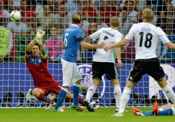 Eine der deutschen Chancen in der ersten Hälfte: Italiens Buffon pariert den Flatterball von Toni Kroos (rechts).