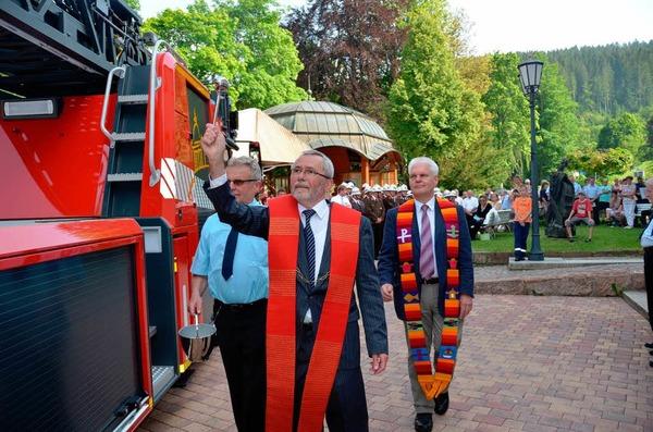 Geistliche Weihen erteilten dem neuen Dienstfahrzeug  Pater Josef Singer (links) und Pfarrer Traugott Weber.
