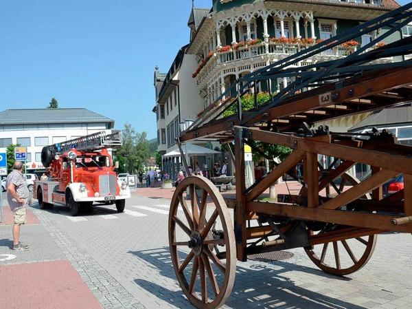 Drehleitern aus fast 100 Jahren St. Blasier Feuerwehrgeschichte: Überraschungskorso am Samstagvormittag.