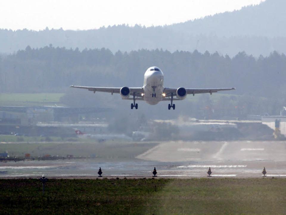 Nach jahrelangem Streit haben sich Deu...einen Fluglärm-Staatsvertrag geeinigt.  | Foto: dpa