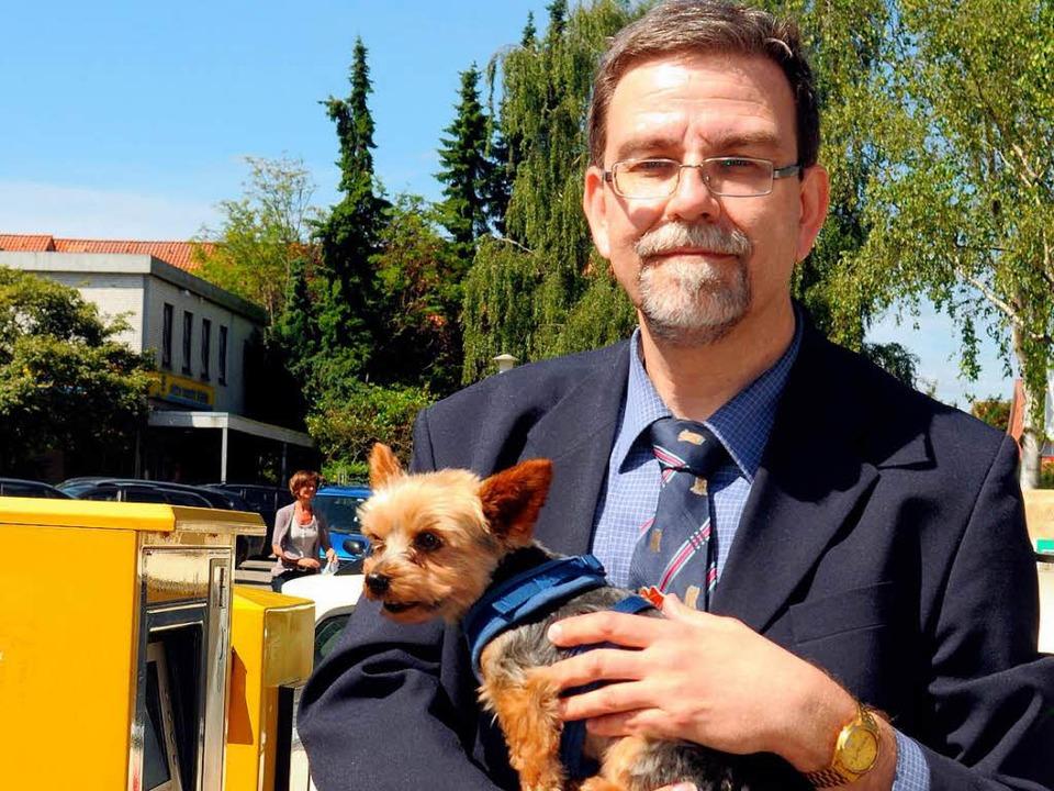 Anwalt Elmar Vitt mit seinem Hund Sir Monti.  | Foto: dpa