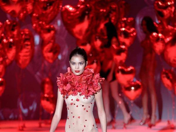 Die Designerin war einst Call-Girl und wurde dank Franck Rib�ry bekannt. Jetzt entwirft sie unter anderem Bodys mit Rosenbl�ttern<ppp></ppp>