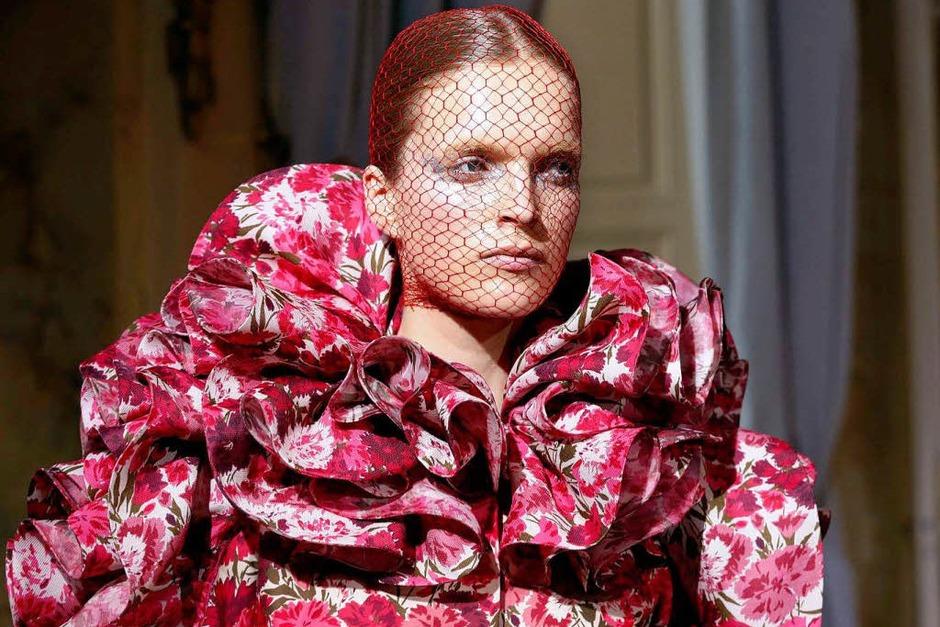 Kleid mit Blumenmustern und üppigem Kragen von Giambattista Valli (Foto: AFP)