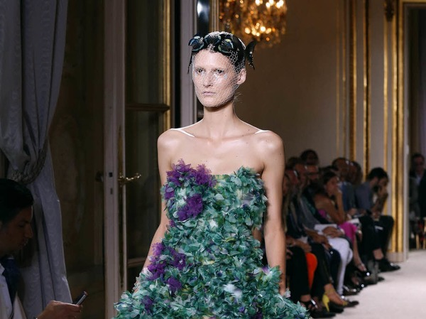 Kunstvoll drapierte Robe von Giambattista Valli