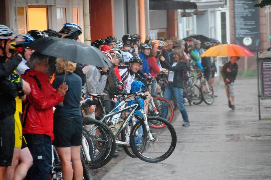 Mountainbike Marathon Challenge 2012 in Offenburg: Sturmböen mit Regenguss pünktlich zum Start um 8 Uhr (Foto: Helmut Seller)