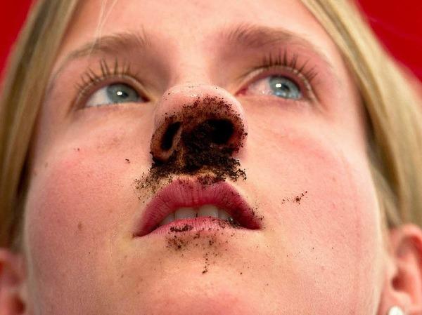 Ganz schön viel für eine Nase: Wer Weltmeister der Schnupftabakfreunde werden will, muss fünf Gramm mögilchst vollständig in seiner Nase unterbringen.