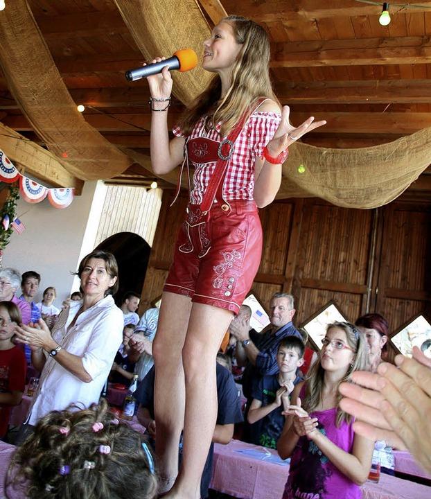Tisch frei für Stefanie Jodl: Die jung...ch  machte auch die Erwachsenen flott.  | Foto: Peter Schütz