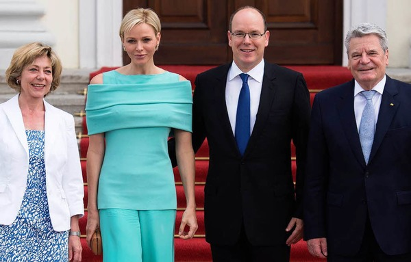 Bundespräsident Joachim Gauck und seine Lebensgefährtin Daniela Schadt begrüßten das Paar am Montag vor Schloss Bellevue.