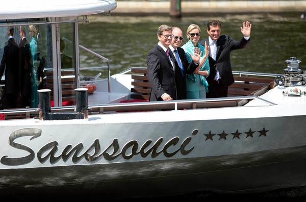 """In der N�he des Kanzleramtes gingen sie an Bord des Schiffes mit dem Namen """"Sanssouci""""."""