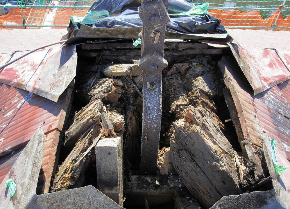 Der durchgefaulte Balken, auf dem das ...t-Kirche steht, muss erneuert werden.   | Foto: Herbert  Birkle