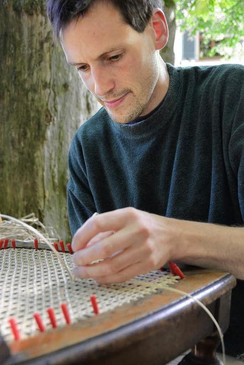 Konzentrierte Arbeit für eine neue Sitzfläche.    Foto: Susanne Müller