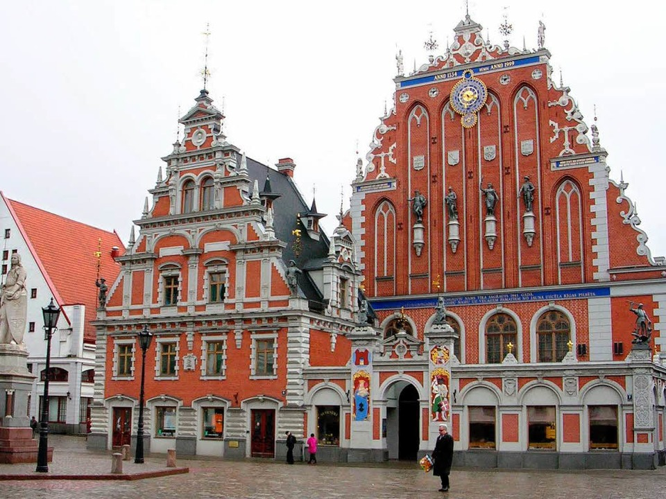 Die Innenstadt von Riga mit dem Schwarzhäupterhaus   | Foto: dpa