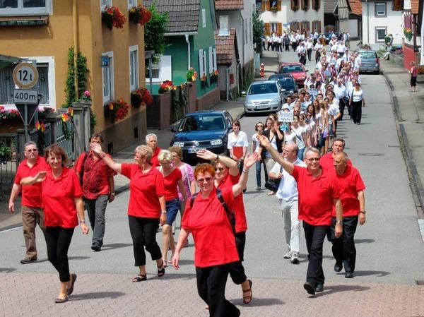 """125 Jahre """"Liederkranz"""" Wagenstadt: Großer Festumzug mit fast 300 Sängerinnen und Sängern bei herrlichstem Wetter am Sonntagnachmittag."""