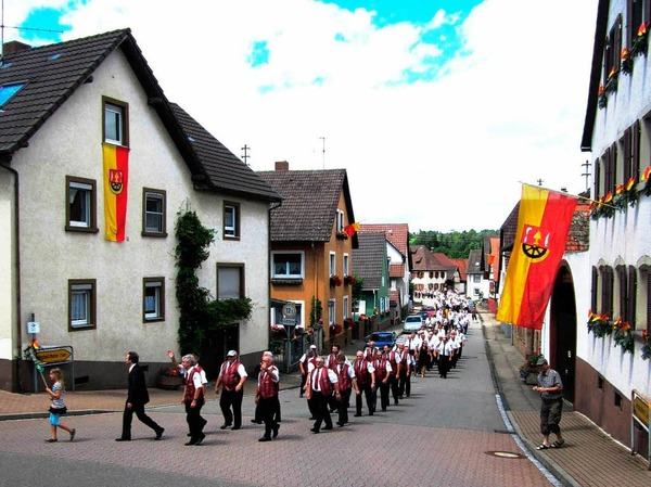 Festzug am Sonntag durch die Wagenstadter Dorfstraßen