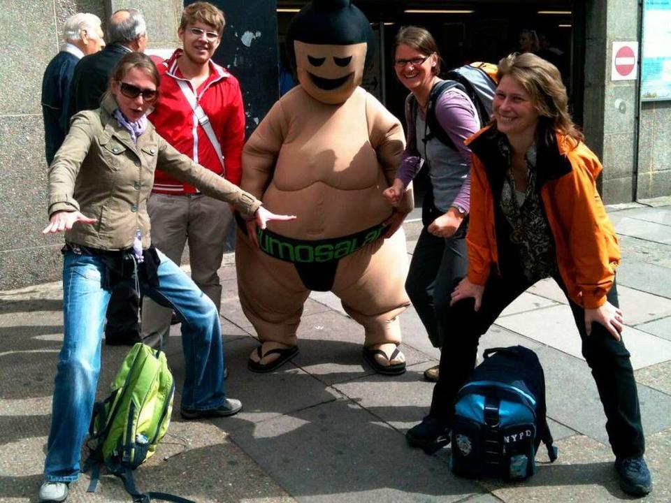 Im Kampf gegen die Müdigkeit und einen... vier London-Reisenden sind gut drauf.  | Foto: Birgit Herrmann