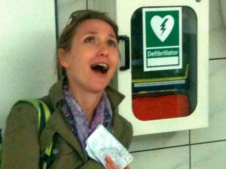 Help! Birgit Herrmann braucht nach den...genen Stunden wohl ein bisschen Hilfe.  | Foto: Simone Schüssler