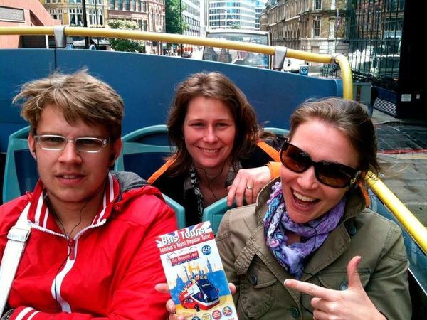 Unterwegs mit dem Bus: Eine gute Möglichkeit, erste Eindrücke von der Stadt zu bekommen.