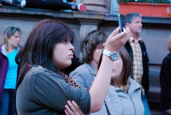 Handy-Fotografie anstatt Party machen, tanzen und mitgehen.