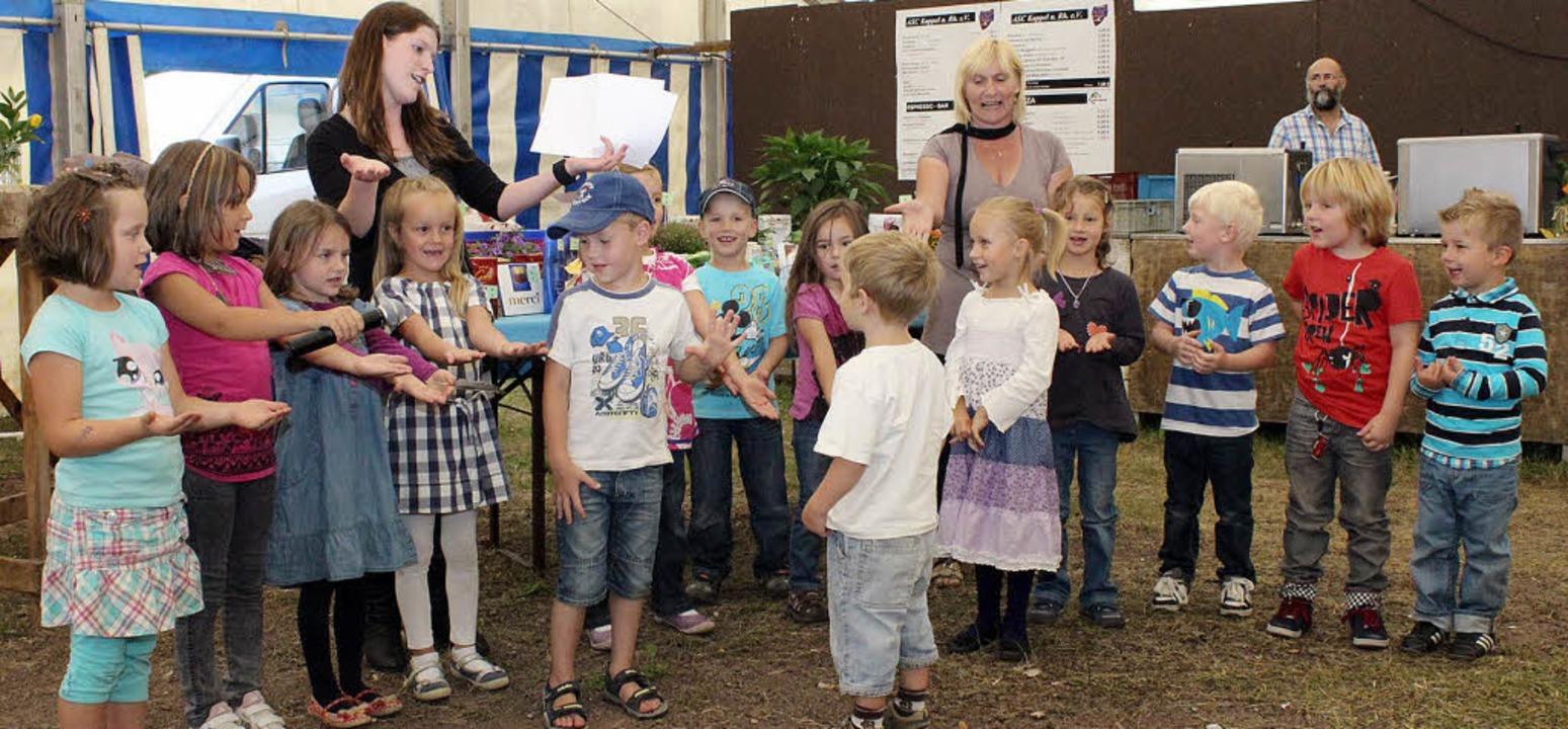 Kinder vom Kindergarten Regenbogen unt... die Besucher beim Seniorennachmittag.    Foto: Corina Lorber
