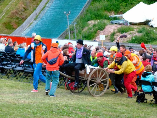 """Szenenfoto von der Aufführung des Musicals """"My fair lady"""" am Sonntag vor der Hochfirstschanze in Neustadt."""