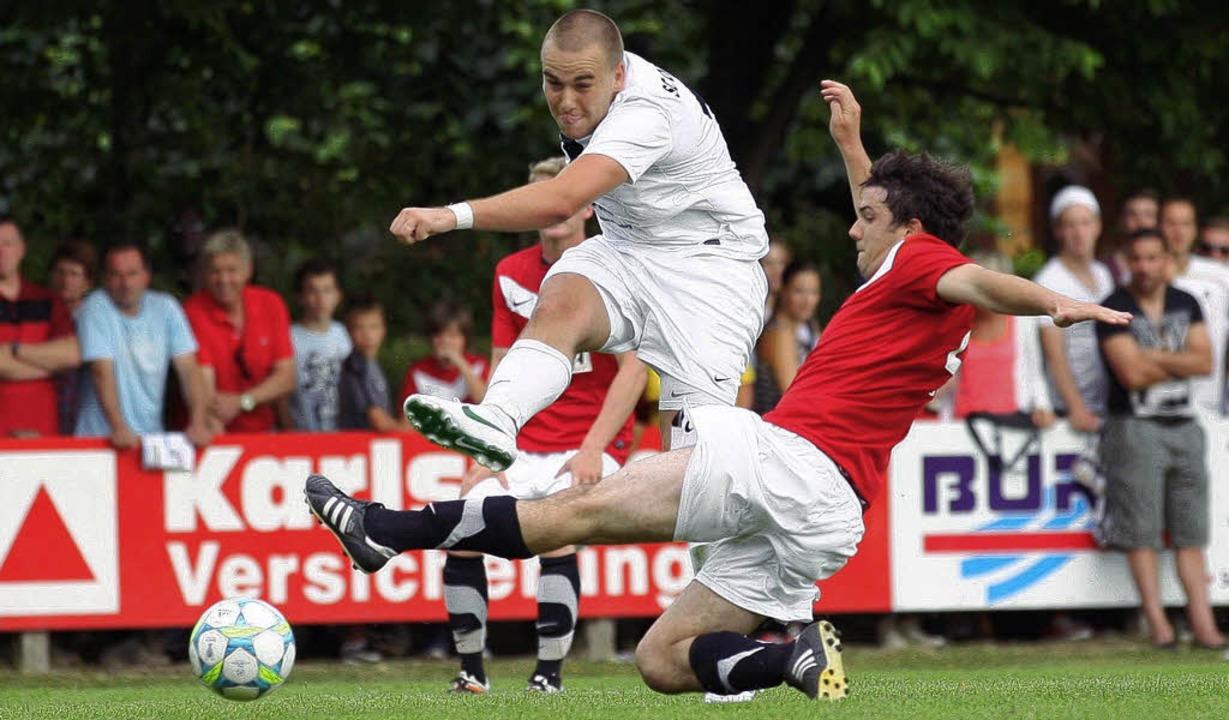 Tonio Bayer (in Weiß) und der SC Offen... den Aufsteiger SV  Niederschopfheim.     Foto: Archiv: Alexandra Buss