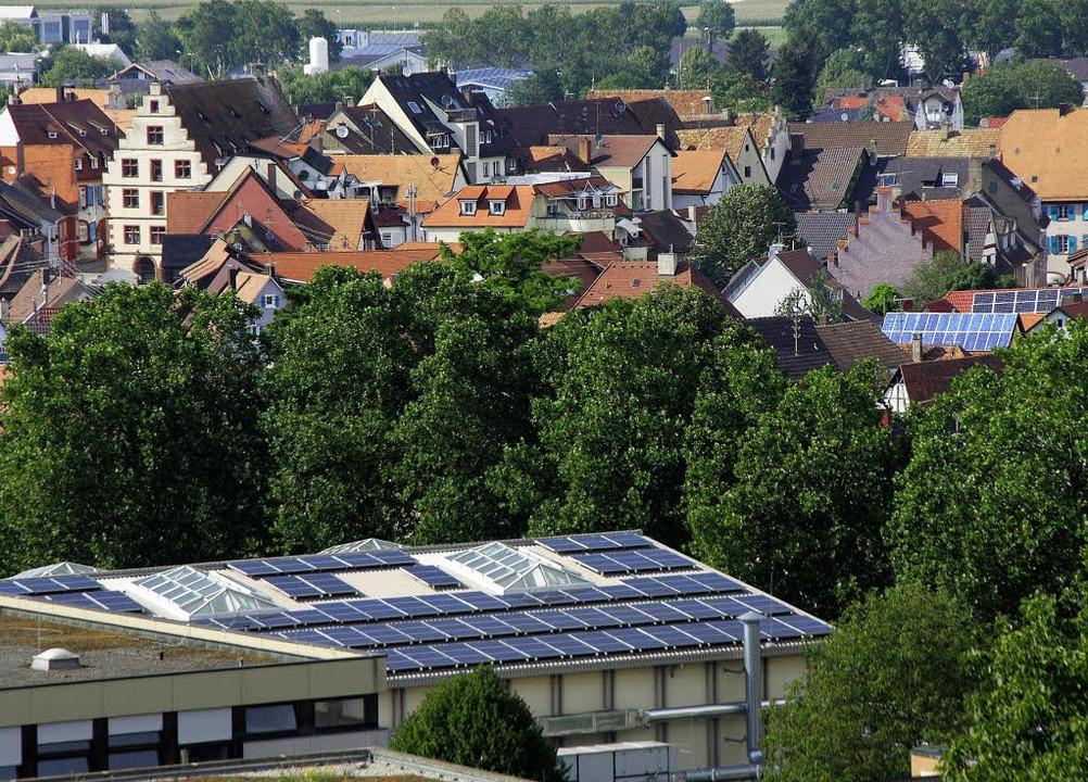 Auf der einen Seite des Stadthallendac...reitstellung des Daches einstimmig zu.  | Foto: Martin Wendel