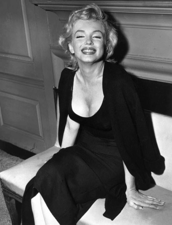 Blondes Haar, verführerischer Augenaufschlag und  volle, rote Lippen: Marilyn Monroe  war eine der am meisten fotografierten Frauen des 20. Jahrhunderts und wurde als Sex-Symbol Ikone für ein ganzes Zeitalter.
