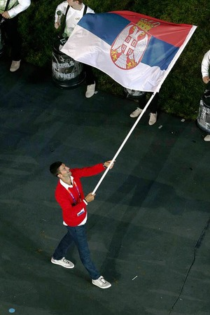 Tennisspieler Novak Djokovic trgt fr sein Land Serbien die Flagge.