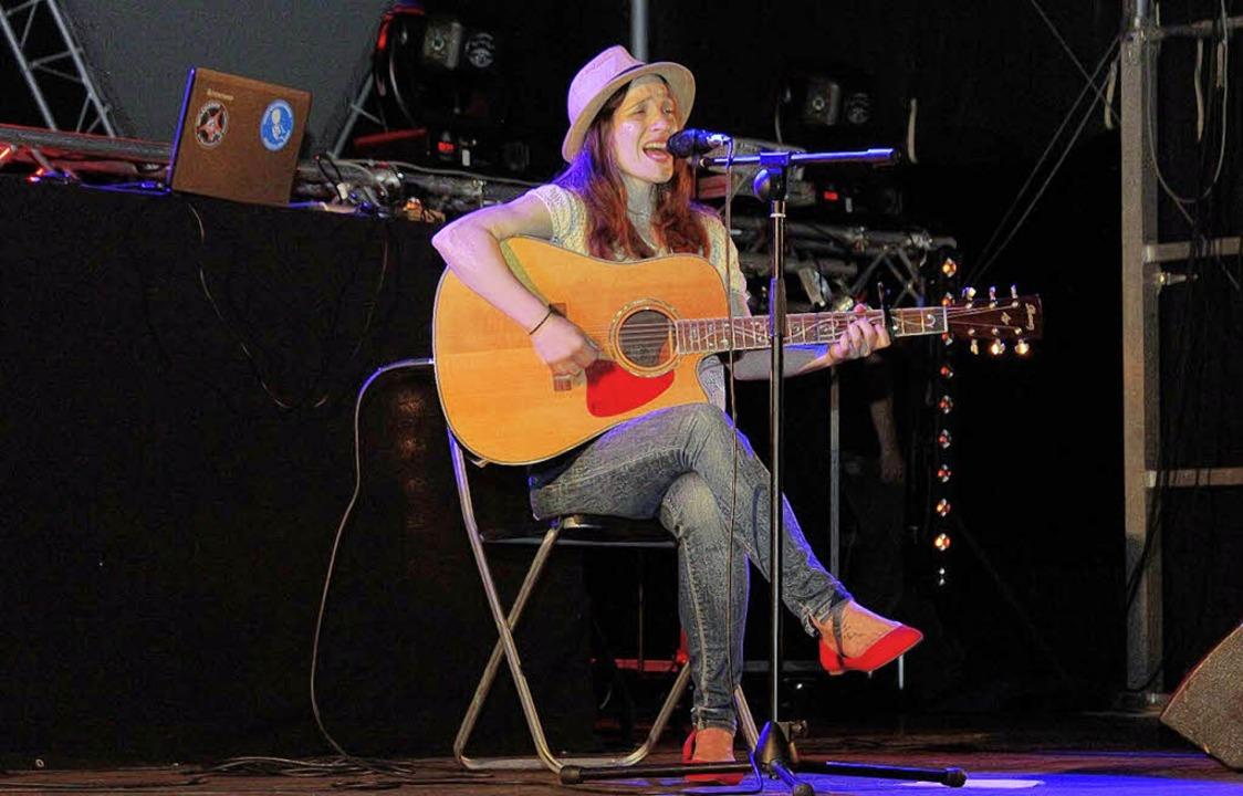 Auch das ist Cleopha: Liveauftritte, w...mit selbstkomponierten Gitarrensongs.   | Foto: (2) Corina Lorber