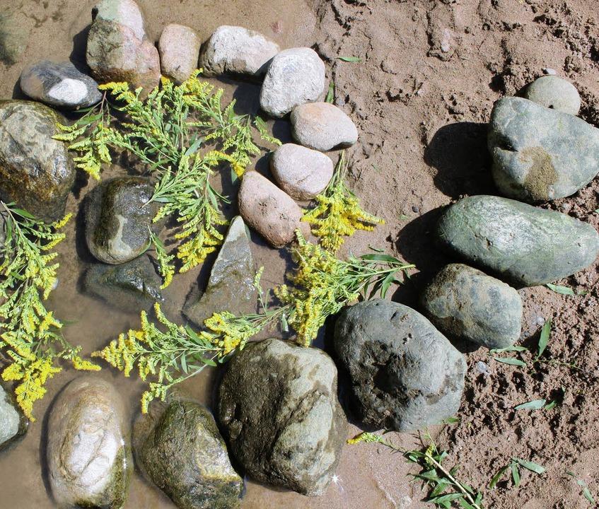 Aus Steinen und Blüten  entstehen kleine Kunstwerke.   | Foto: anja Bertsch