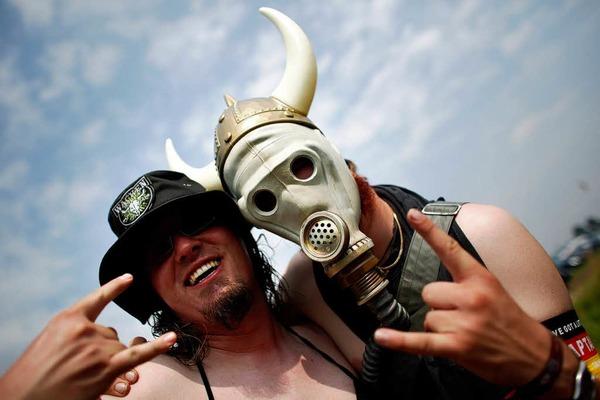 Heavy-Matal-Fans feiern beim 23. Wacken Open Air Festival.