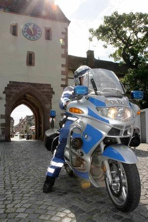 Schlussetappe der Tour de Ländle 2012: Ein Polizist auf einem Motorrad stoppt kurzfristig den Gegenverkehr am Torli in Endingen.