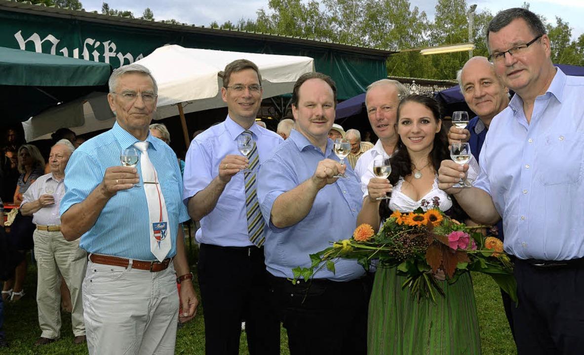 Auf ein gelungenes Weinfest stießen zu...von links) beim Bombacher Weinfest an.    Foto: Daniel Mandel