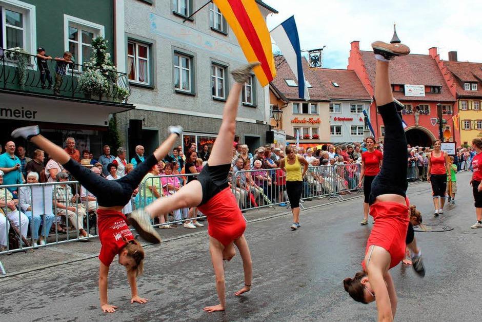 Rad schlagend bereicherten die Mädchen des Turnerbunds Löffingen das Geschehen. (Foto: Christa Maier)