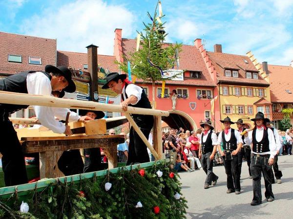Die Zimmermannszunft aus Lenzkirch lie� Sp�ne fliegen.