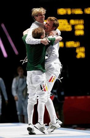 Bronze im Florett-Fechten! Benjamin Kleibrink und Andreas Wessels feiern Teamkollege Peter Joppich, der den Siegtreffer im Teamwettbewerb landete.