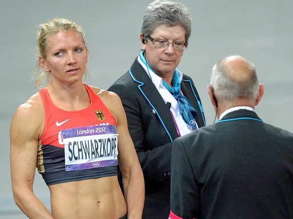 Disqualifiziert! Ratlosigkeit bei Siebenkämpferin Lili Schwarzkopf. Sie soll in ihrem Rennen die Bahnbegrenzung übertreten haben.