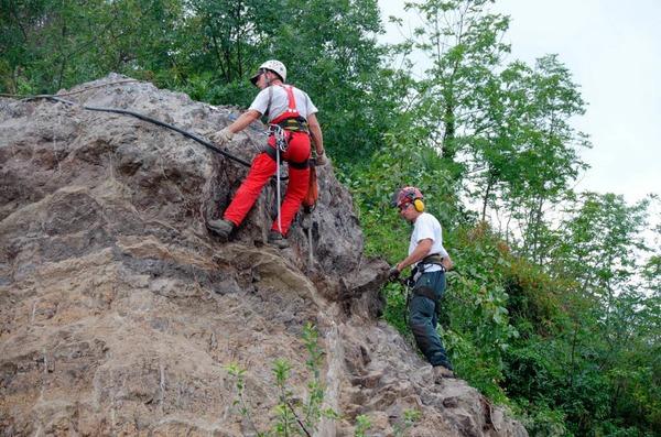 Am Breisacher Eckartsberg werden lose Steine abgetragen und das Felsmassiv gesichert.