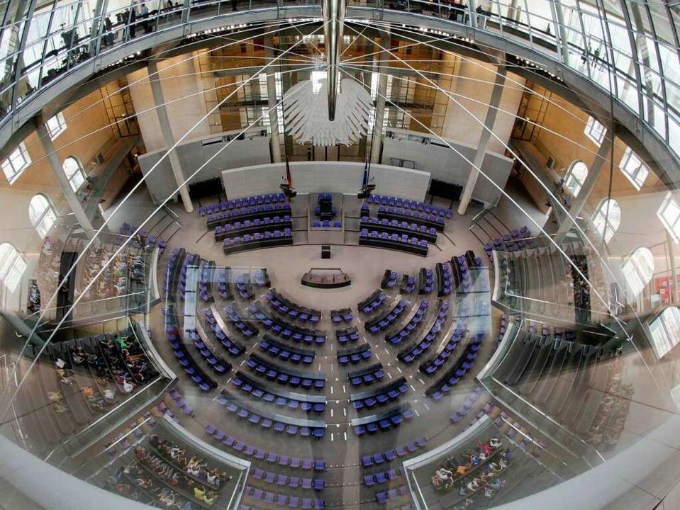 Demokratie unter Glas? Der Bundestag, an diesem Tag nur von Besuchern bevölkert    Foto: dapd/Thomas Kunz