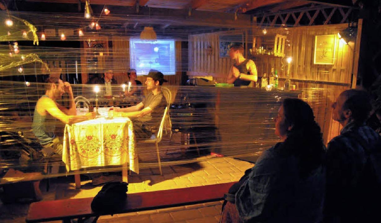 Theaterimprovisation im Carport : Die ...Handlungsvorschläge der Zuschauer um.   | Foto: Julius Steckmeister
