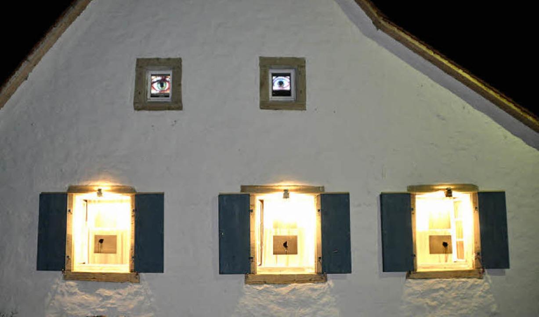 Ein Haus mit Augen, zu sehen beim Bilderlaufen in Mengen.  | Foto: Julius Wilhelm Steckmeister