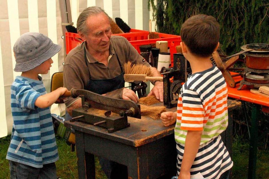 Der Ibacher Bürstenmacher begeisterte mit der Vorführung seines alten Handwerks auch die jungen Besucher. (Foto: Karin Steinebrunner)