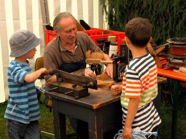 Der Ibacher B�rstenmacher begeisterte mit der Vorf�hrung seines alten Handwerks auch die jungen Besucher.