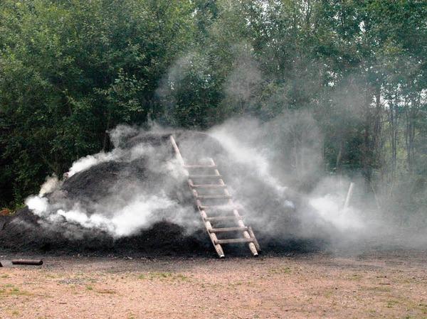 Am Vormittag hatte der Meiler noch aus den inzwischen weit nach unten gewanderten Luftl�chern geraucht ...